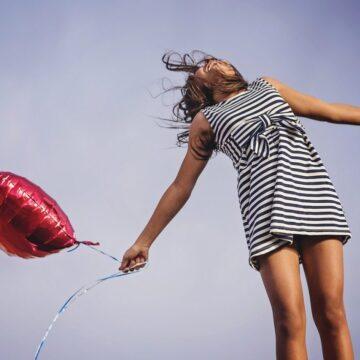 JAK ZOSTAĆ SZCZĘŚLIWYM CZŁOWIEKIEM I DLACZEGO ŻYCIE W LUKSUSIE W TYM NIE POMAGA?