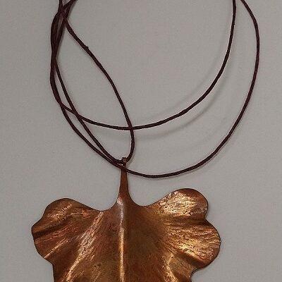 Naszyjnik z miedzi – liść miłorzębu japońskiego (projekt autorski)