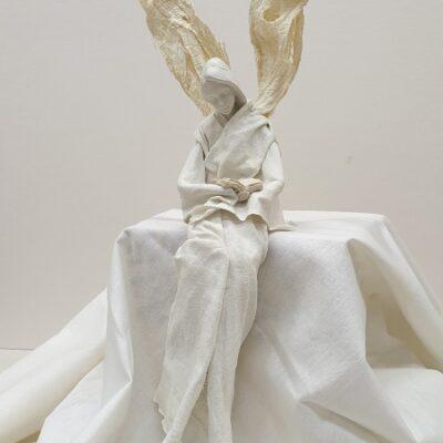 Siedzący anioł z książką